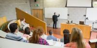 Studenti e docente in aula